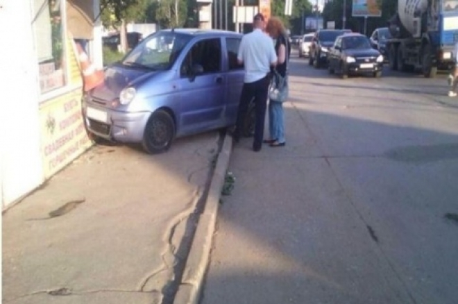 В Самаре автоледи протаранила цветочный ларёк
