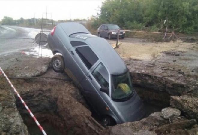 В Сызрани LADA Priora провалилась в яму с водой